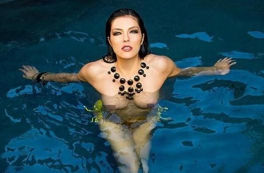 美国超级名模艾卓安妮-寇瑞晒裸照。
