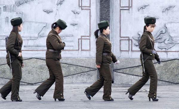 资料图:朝鲜人民军在鸭绿江中朝边境巡逻。她们穿着高跟鞋。