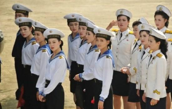 资料图:集合中的朝鲜海军文工团女兵。