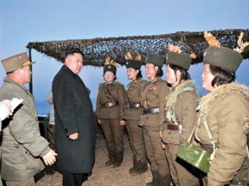 """资料图:2013年3月,金正恩在慰问军演前线女兵时说:""""朝鲜妇女多么优秀,以一当百的女火箭炮兵甚至胜过核弹。 """""""