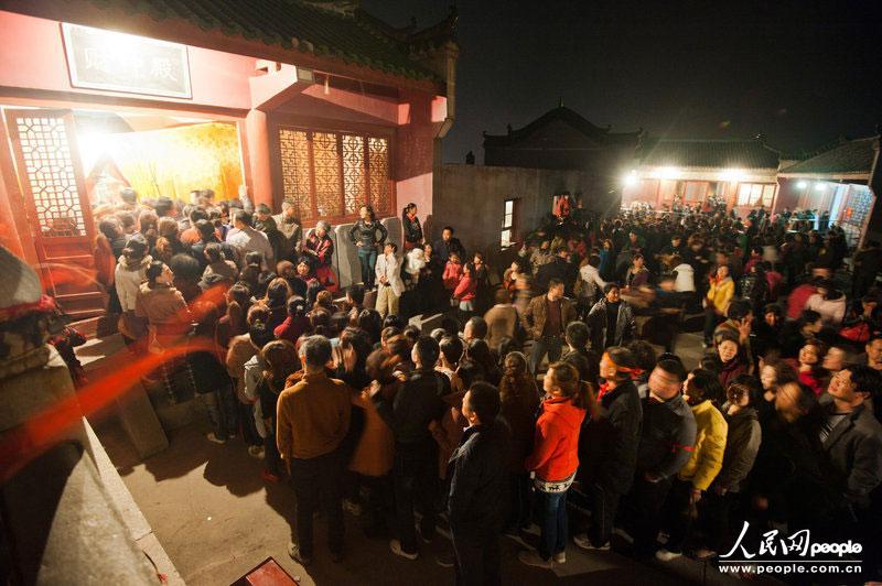 2013年4月12日,农历三月初三,湖北襄阳,数万香客涌上真武山,彻夜排队抢烧头香,场面极其火爆。