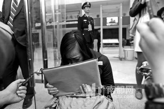败诉后唐慧伤心流泪。南都记者 陈宏涛 摄