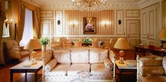 回过神细心打量精心布置的套房内饰,欧式古典主义风格尽显无遗,光洁的木质地板,舒适的实木沙发,淡雅的针织床品以及书桌上盛放的鸢尾与玫瑰,每一处细节都散发着百年酒店的精致与大气。精美的古董家具,散发着19世纪英国维多利亚风格的魅力,再配以墙壁上的装饰油画,使本就典雅的客房更加富有艺术气息。