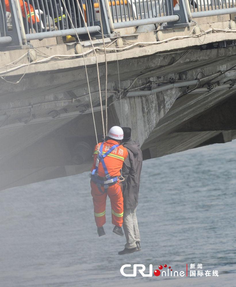 吉林一男子临江门大桥上吊自杀 双脚悬空当场身亡(高清组图)