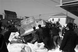 消防官兵和当地群众一起徒手将侧翻的货车扶了起来 通讯员 詹祥 供图