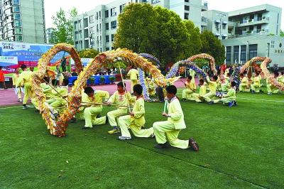 童舞龙视频_南京理工大学实验小学精彩的舞龙表演. 本报记者 童明摄