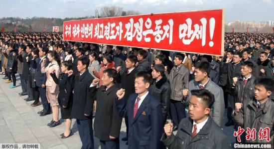 资料图:当地时间2013年4月10日,朝鲜平壤,朝鲜青年团体在万寿台金日成和金正日铜像前举行誓师大会。