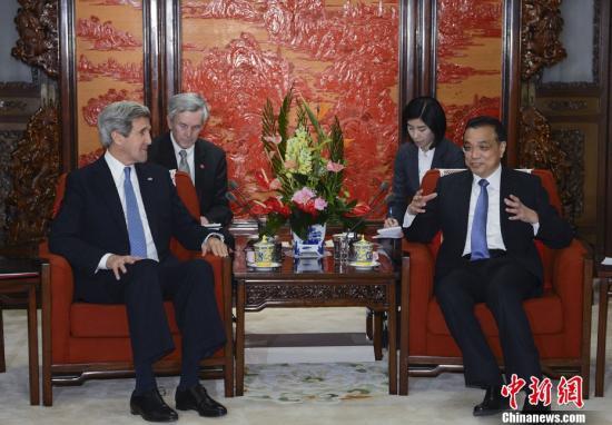 4月13日,中国国务院总理李克强在北京中南海紫光阁会见美国国务卿克里。中新社发 刘震 摄