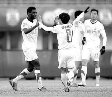 本特利(左)为汉军赢得本赛季第一分 记者柯皓摄