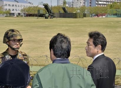 """4月13日下午,外相岸田文雄(右)和防卫相小野寺五典视察了部署在东京防卫省内的""""爱国者-3""""导弹部队。"""