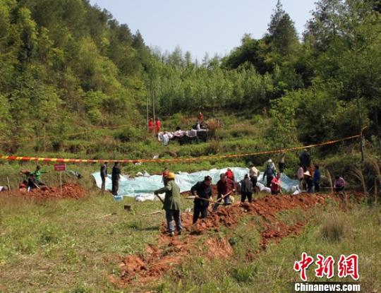 一名抢险人员正在泄漏点进行堵漏。 刘忠俊 摄