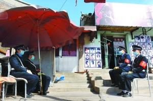 4名保安在姚某家门外值勤。李继辉摄