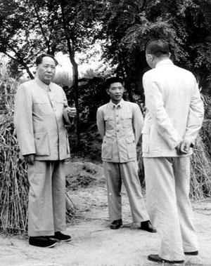 1953年9月毛主席(左)、罗瑞卿(右)、胡耀邦(中)在北京西郊合影(资料图)