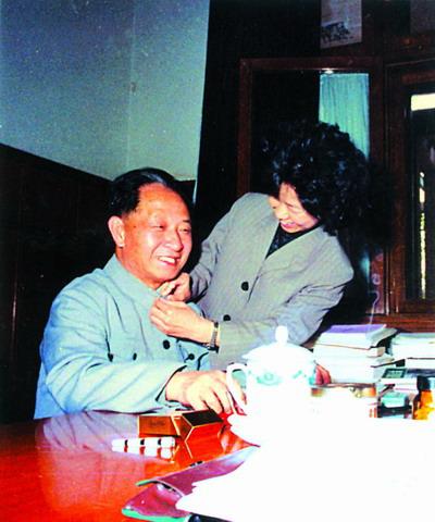 胡耀邦和女儿在一起(资料图)
