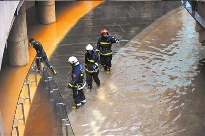 消防队员下水进行现场勘查。
