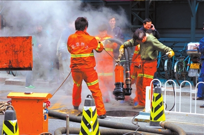 热力集团的工作人员正在排水作业。