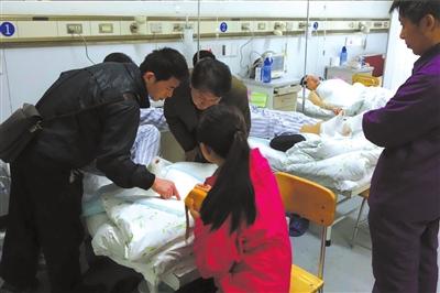 伤者在积水潭医院治疗。