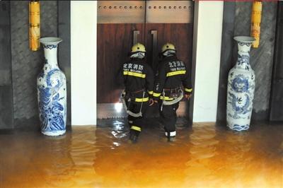 消防队员确认是否有人被困。