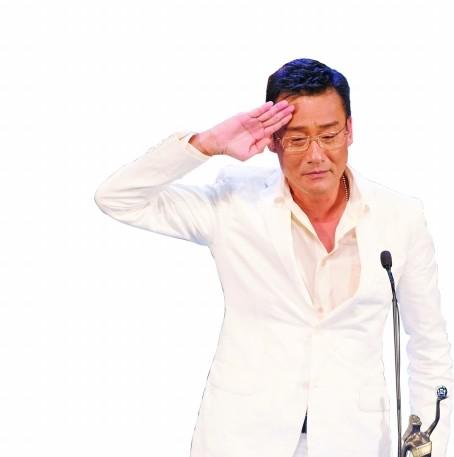 梁家辉在领奖台上敬礼。 本版摄影:南都记者 钟锐钧