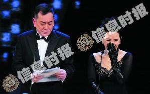 黄秋生颁奖前拿出一叠材料,逗笑了叶德娴。