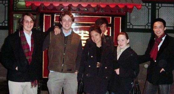 明泽和薄瓜瓜同校吗_但薄瓜瓜回应说照片是在牛津大学的一次化装舞会上拍的.