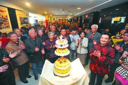 昨日,临江门,寿星吴大爷与宾客一起唱生日祝福歌。 记者 张路桥 实习生 程雯丽 摄