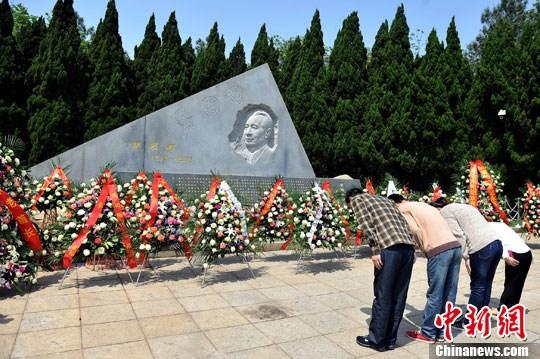4月15日为胡耀邦逝世24周年纪念日,几名游客在胡耀邦墓前鞠躬凭吊。中新社发 刘占昆 摄