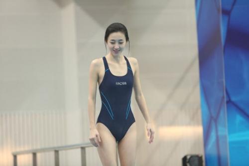 王丽坤老式连体泳衣实在是没什么看头
