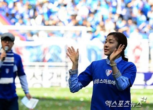 组图:金妍儿为足球赛开球秀脚法