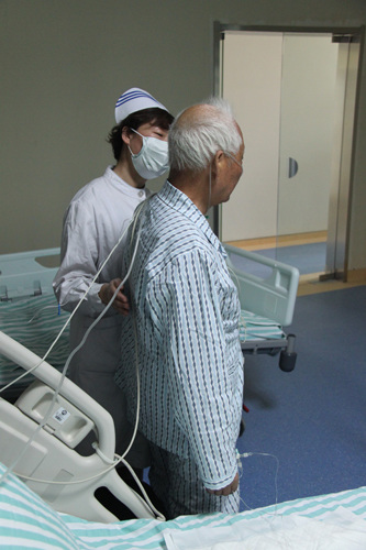 中新网4月15日电据江苏省卫生厅网站消息,今日,南京市第二医院一名人感染H7N9禽流感患者病情好转,已解除隔离,从重症监护病房转入普通病房康复治疗。