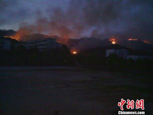 图为江西德兴育才中学后山看到的森林火势。 华文 摄
