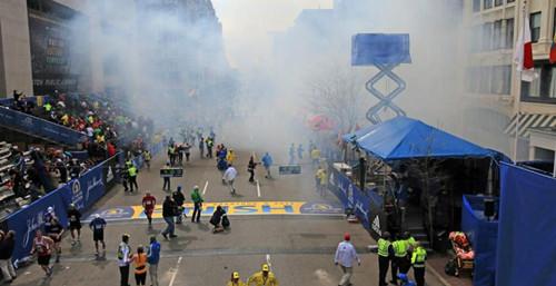 爆炸是在马拉松冠军越过终点后两个小时发生的。第一起爆炸后数秒钟又发生第二起爆炸。这是现场爆炸后的烟雾。
