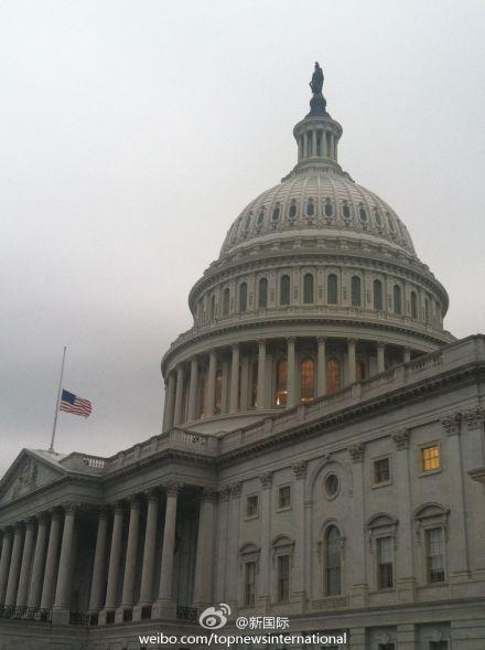 新华网消息:4月15日,美国国会大厦降半旗,悼念波士顿爆炸案死难者 当日,美国波士顿马拉松比赛期间发生连环爆炸,目前已造成3人死亡,上百人受伤。