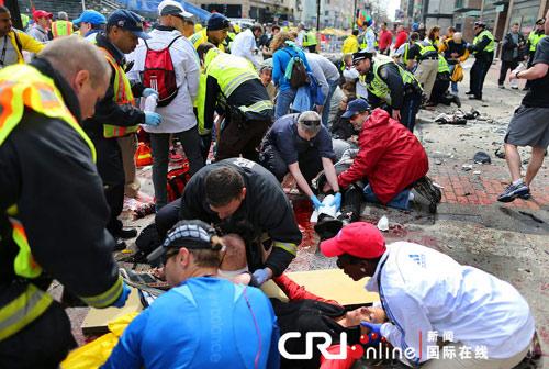 美波士顿马拉松赛发生爆炸致2死上百人伤(图片来源:Boston Globe/Getty Images/CFP )