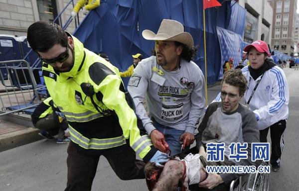 4月15日,在美国波士顿,医务人员在发生爆炸的马拉松比赛终点线救治伤员。 新华社/美联