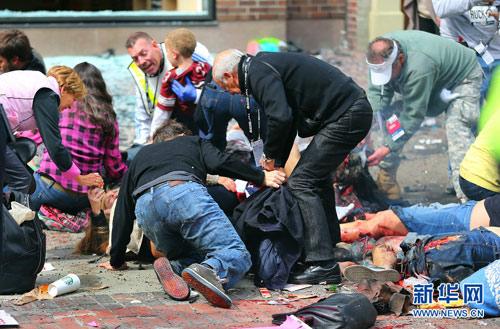 2013年4月15日,美国波士顿马拉松赛终点发生炸弹爆炸事件。据当地媒体报道,美国波士顿马拉松比赛终点线附近发生的爆炸已造成2人死亡、上百人受伤。(图片来源:CFP)