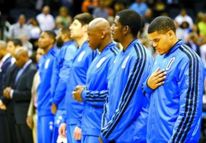 奥兰多魔术队球员哈里斯(右一)与队友在NBA常规赛前为波士顿马拉松爆炸事件的受害者默哀 新华社/美联