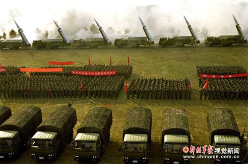中国二炮部队装备的最新型东风-15弹道导弹(图片来源:中国军网)