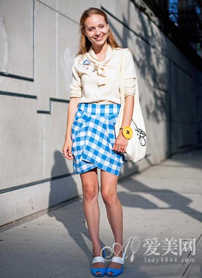 搭配 技巧 身材/【街拍搭配】米色雪纺衫蓝白格纹包臀裙