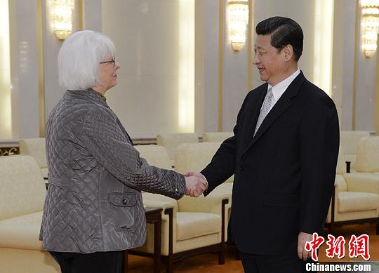 4月16日,中国国家主席习近平在北京人民大会堂会见冰岛总理西于尔扎多蒂。中新社发 刘震 摄