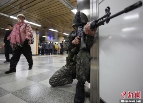 当地时间4月15日,韩国军方在首尔地铁站内举行反恐演习。