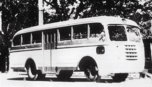 它是首款采用国产车底盘改装的全金属结构公共汽车,结束了中国公交车
