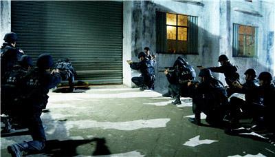 警察包围制毒工厂-.jpg