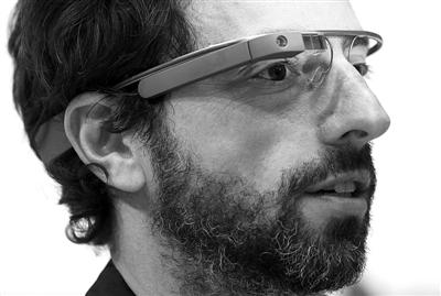 """2013年2月20日,美国旧金山,谷歌联合创始人布林(Sergey Brin)戴着""""谷歌眼镜""""出现在谷歌发布会现场。图/IC"""