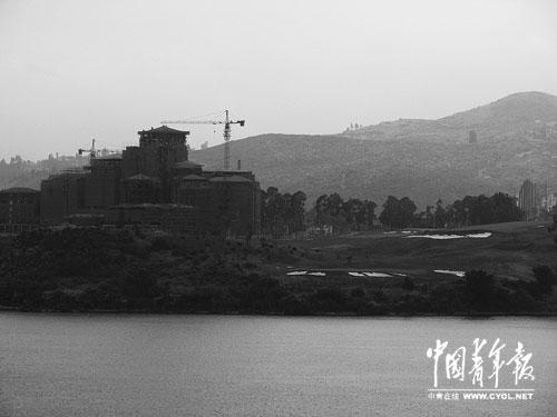 """在江川县,""""仙湖锦绣""""休闲康体旅游度假区项目的高尔夫球场紧挨湖岸。记者 庄庆鸿摄"""