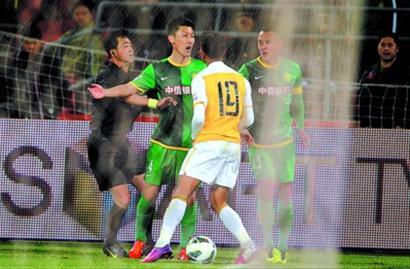 4月14日,国安球员周挺(左二)在比赛中与申鑫球员凯撒(左三)发生冲突。 新华社发