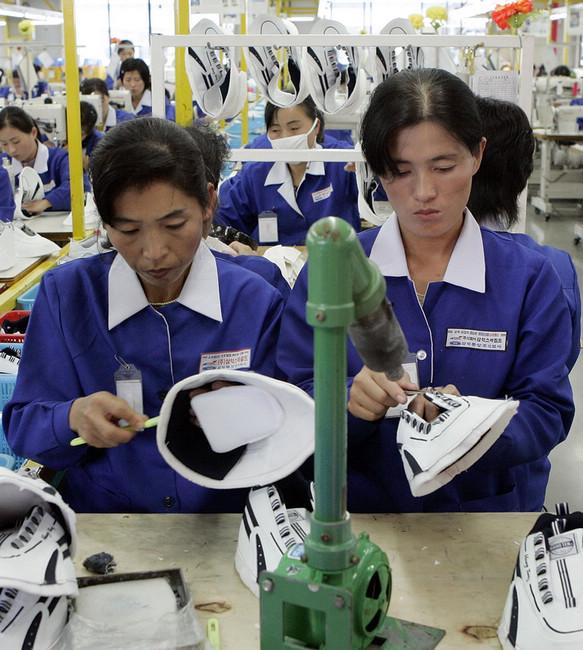 朝鲜开城工业园,朝鲜工人在韩国制鞋厂中工作.