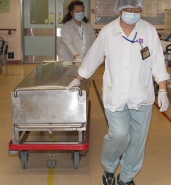 陈僖仪家人已在医院亲自目送陈僖仪遗体送停尸房,家人神情悲伤