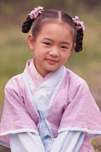 姓名:张懿婧。生日:1993年6月17日。 个人看法:这个女娃娃虽然貌不出众,但是感觉很独特。出演很多耳熟能详的电视剧,实力应该不容小觑。