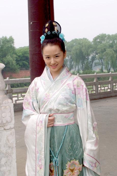 姓名:乔乔/乔紫荷。出生:1990年6月1日。在读学校:北京电影学院2008级本科。《美人无泪》饰 苏茉儿。